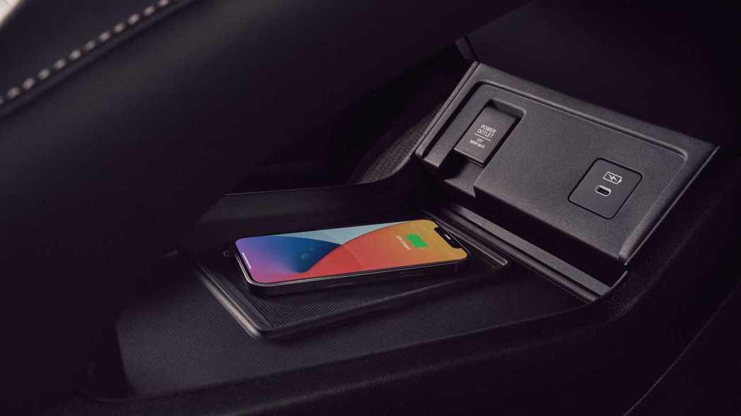 小改款後新增Qi手機無線充電板。 摘自Acura