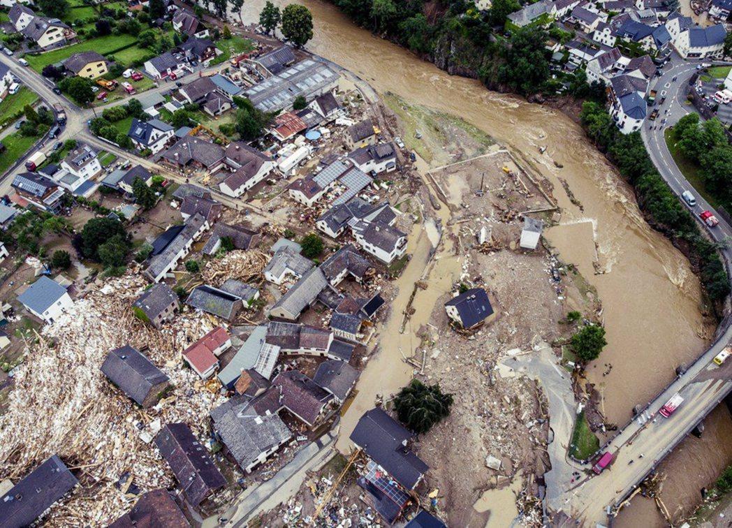 德國在今年7月份因為極端大雨釀成的洪災慘劇,環境災害的威脅感更為直接而明顯,三位...