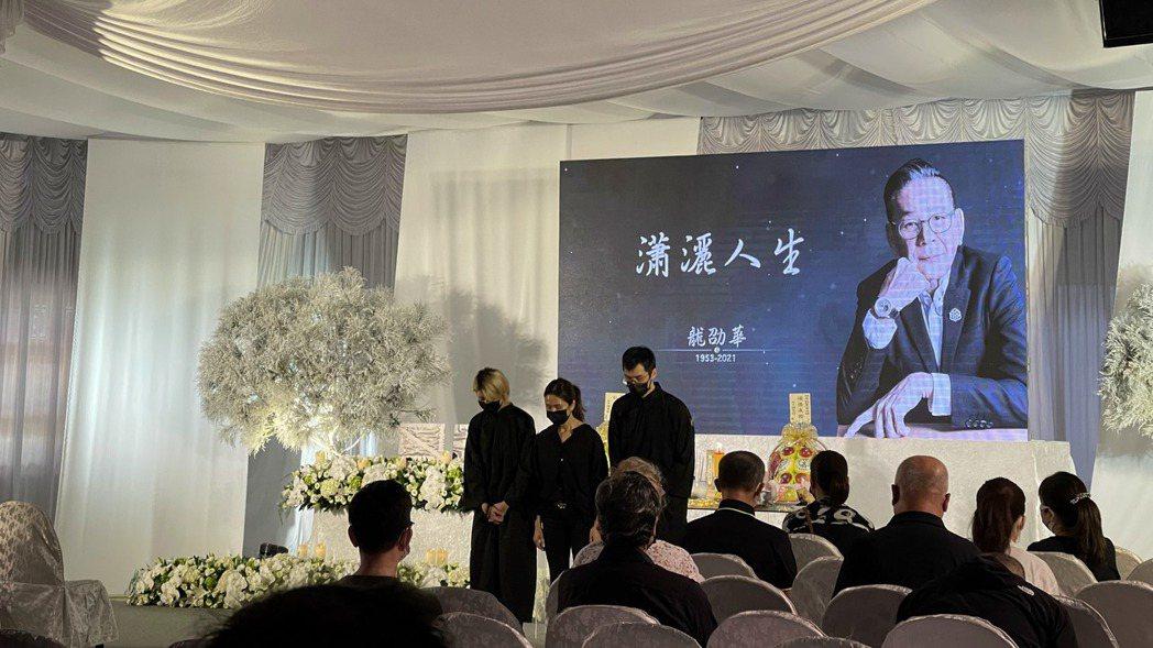 龍劭華今天舉行告別式,遺孀(中)帶著兒子丶女兒向各位來賓致意。記者楊起鳳/攝影
