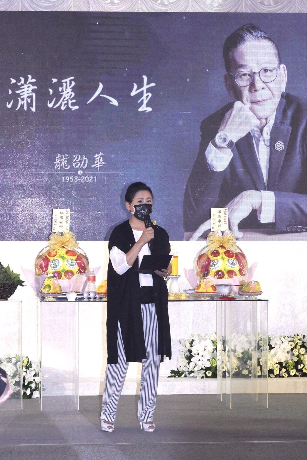 陳亞蘭為龍劭華做生平引言。記者王聰賢/攝影