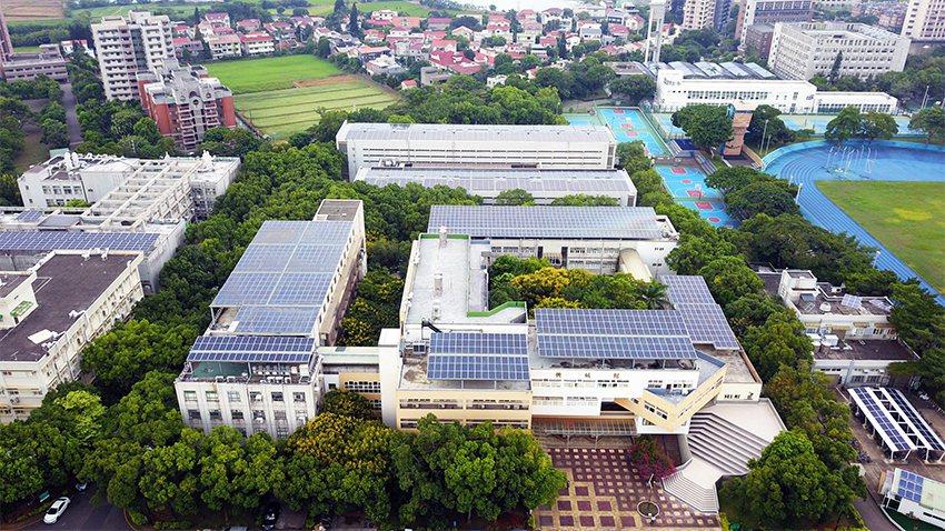 中央大學太陽光電之設計總面積達2,642峰瓩 (kWp) ,為友善地球綠色指標學...