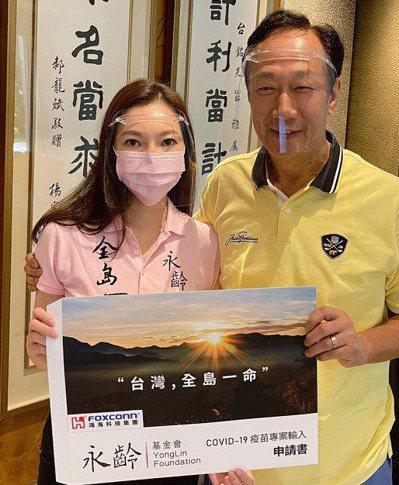 疫情期間,鴻海創辦人郭台銘(右)努力為台灣購入BNT疫苗,近期他也答應為兩岸企業...
