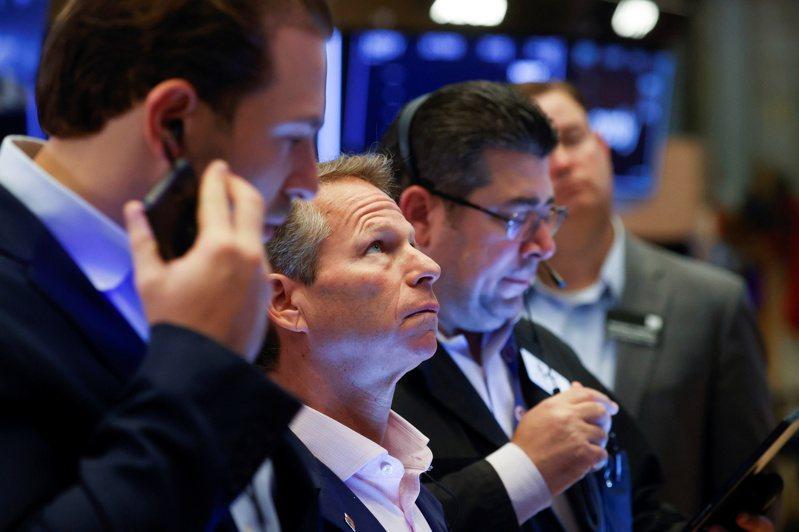 美股三大指數22日早盤開高走高,道瓊漲逾300點。路透