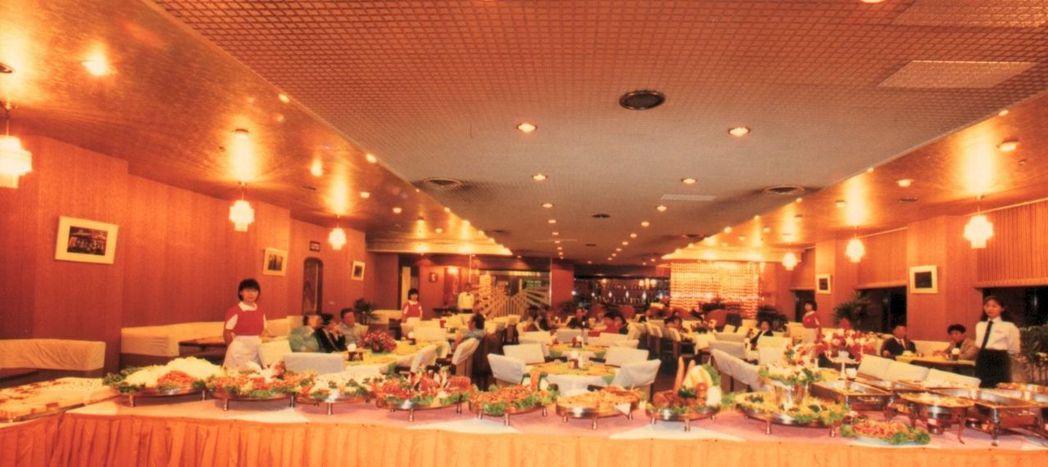 全台最早期的台南大飯店自助餐,與現行歐式自助餐相映成趣。     台南大飯店/ ...