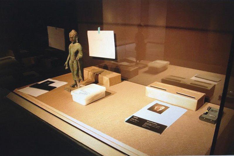 2015年「另眼看世界—大英博物館百品特展」展前織品照度量測。 沈建東攝