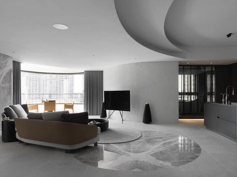 電視牆延續弧形觀景窗曲線,並擴大採光範圍。