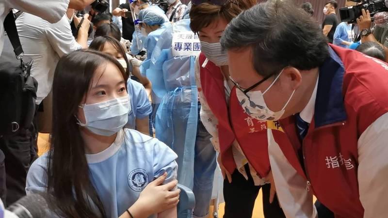 桃園市大園高中徐姓女學生為全國接種BNT疫苗第一針的學生,市長鄭文燦視察。記者曾增勳/攝影