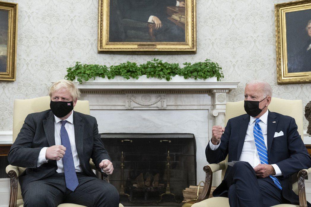 英國首相強生(左)周二前往白宮拜會美國總統拜登。美聯社