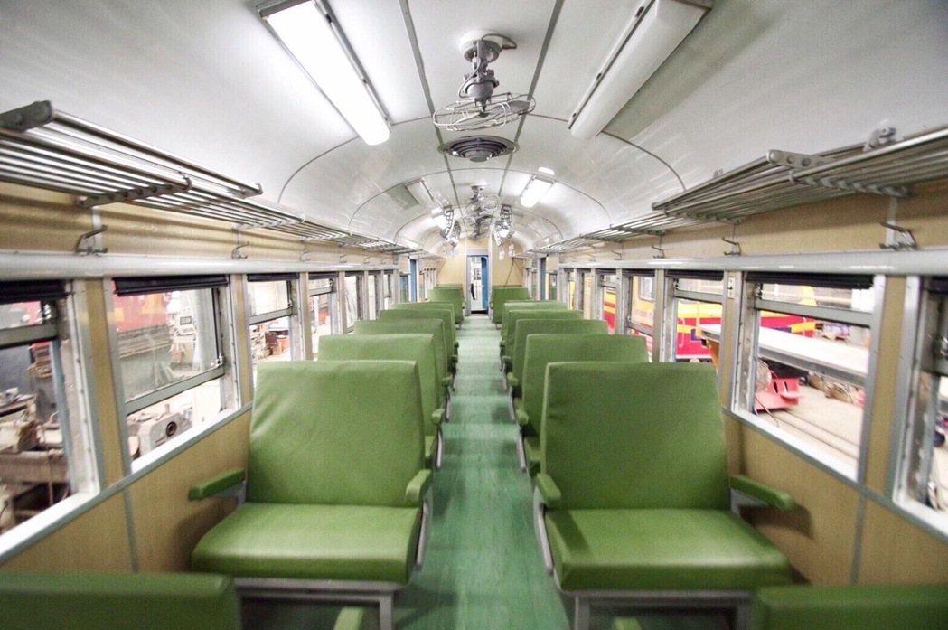 車廂置物架、旅客拉環、綠皮沙發等設備,除了保留多處原始配件,也有不少是仿古新做。...