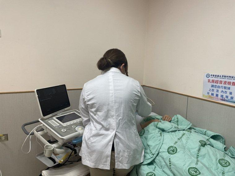 中國醫藥大學新竹附設醫院推出一站式乳癌篩檢診斷,病患首次就醫當天,同時安排乳房超...