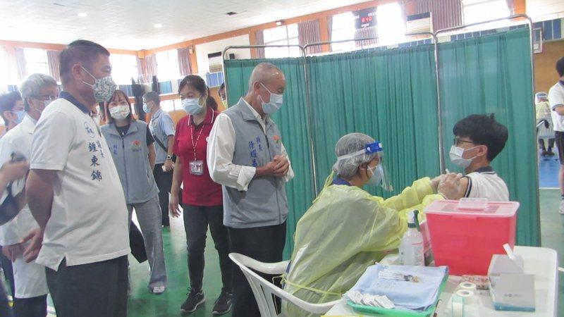苗栗縣學生今天開打BNT疫苗,為恭紀念醫院醫護人員進駐興華高中施打,縣長徐耀昌等人到視察關心。記者范榮達/攝影