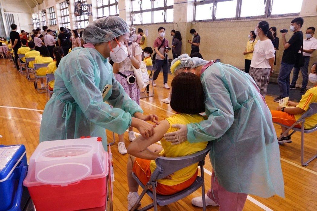 此次由聯合醫院忠孝院區安排育成高中學生安排疫苗接種,採宇美町式打法。圖/北市府提...