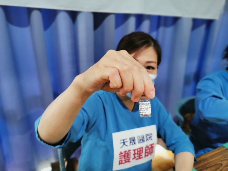 桃園市天晟醫院護理師抽出BNT疫苗為學生接種。記者曾增勳/攝影