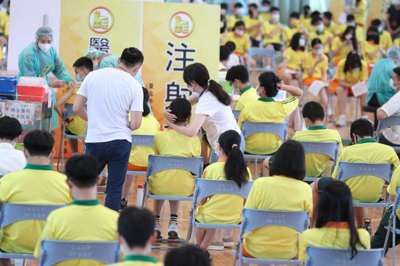 台北巿育成高中高中校園上午開打BNT疫苗, 由聯合醫院忠孝院區安排育成高中學生安排疫苗接種,採宇美町式打法。記者曾吉松/攝影