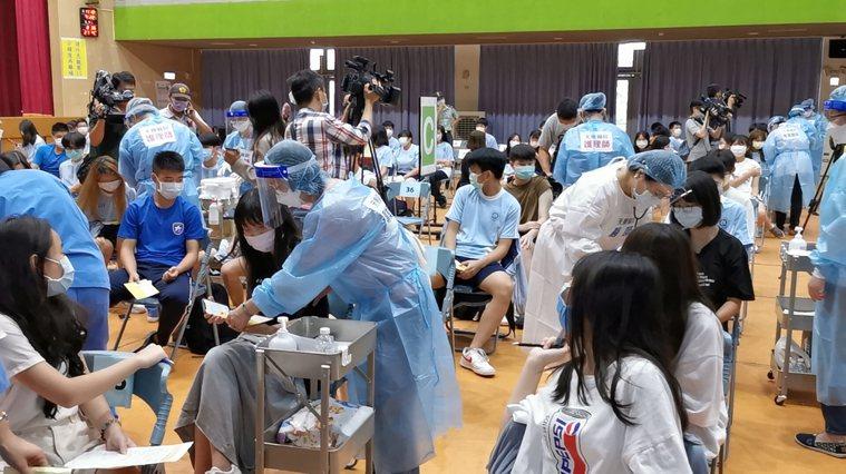 桃園市大園國際高中學生1427人率先全國施打BNT疫苗,校方一早就安排學生在活動...
