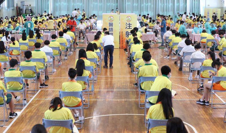 台北巿育成高中學生今早打BNT疫苗,4名醫生、17名護理師出動服務,分上下午在體...