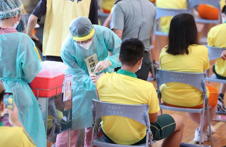 台北巿育成高中學生今早打BNT疫苗,4名醫生、17名護理師出動服務,體育場現場播...