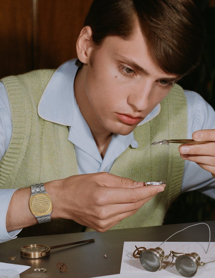 品牌近日再為旗下25H腕表發表全新廣告形象,跳脫既定印象,讓模特兒化身時髦製表師...