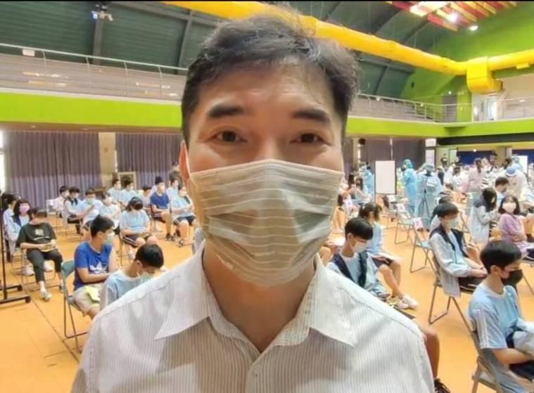 桃園市大園國際高中校長朱元隆說明學生暈針休息,所幸無不良反應。記者曾增勳/攝影