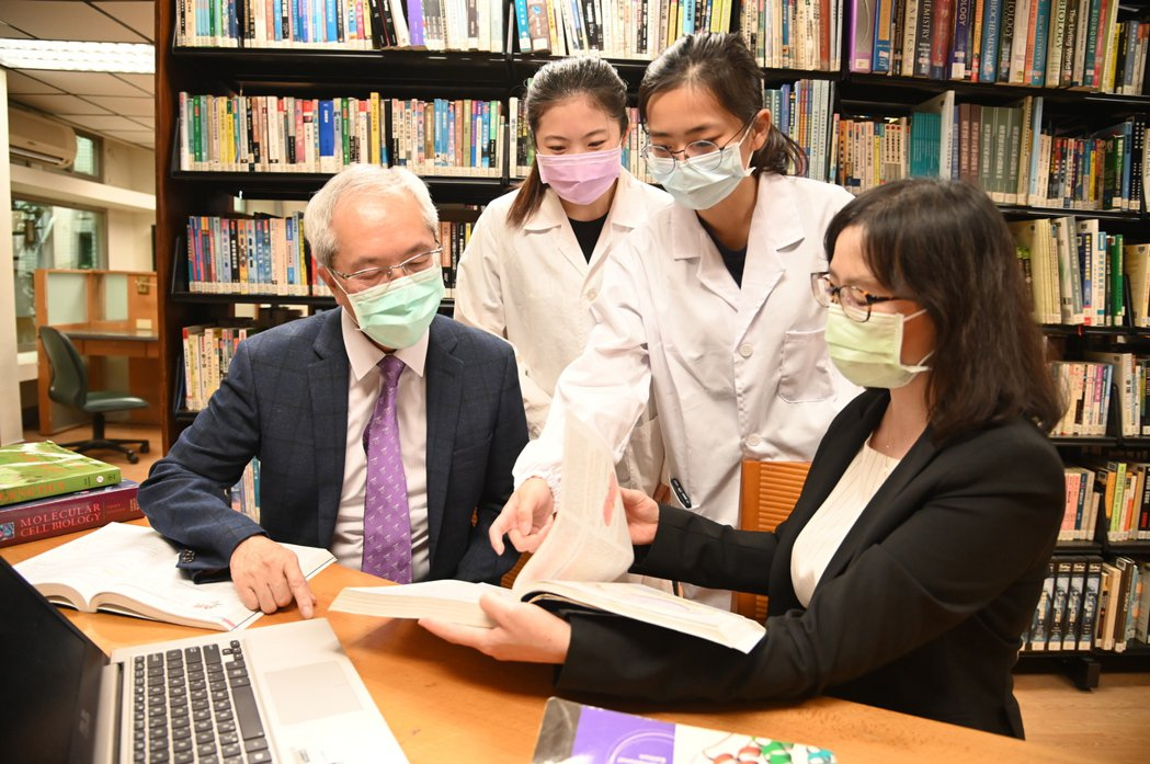 清華學士後醫學系獲准設立,生科院院長高瑞和(左)及醫科系主任陳令儀(右)在籌備階...