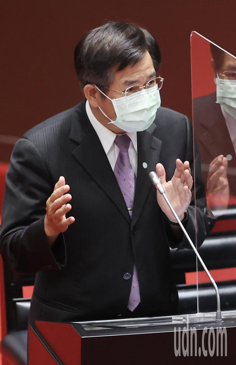 教育部長潘文忠(圖)上午在立法院提醒學生施打前一天不要熬夜,施打後要觀察一段時間...