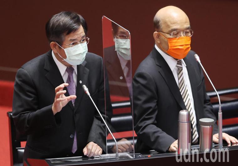 立法院邀請行政院長蘇貞昌(右)提出新冠疫苗接種、整備、受害救濟等相關事宜專案報告...