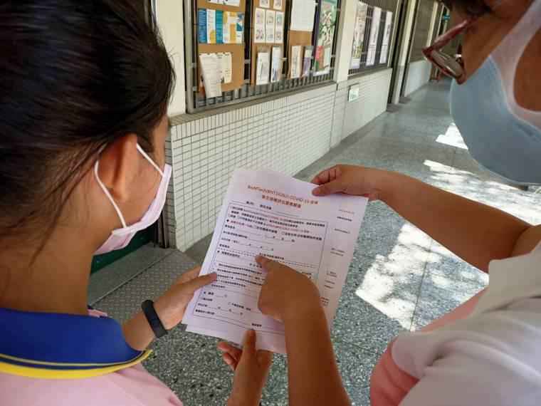 BNT疫苗開打,台中市沒有搶在第一天,衛生局規劃從9月23日起從10所高中開始施...