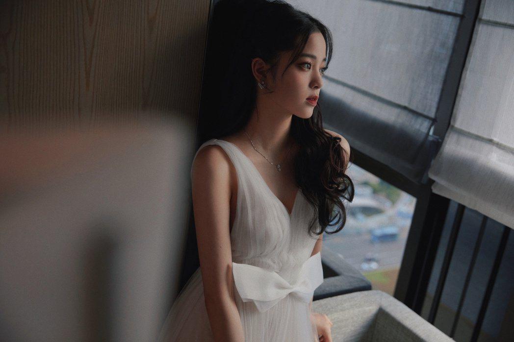 歐陽娜娜穿著深V洋裝,展現姣好身材。圖/摘自微博