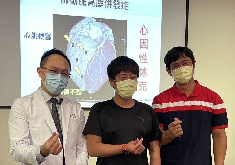 高一男學生(中)在其父(右)陪同下,感謝醫師戴以信(左)治療與支持。圖/中國醫藥...