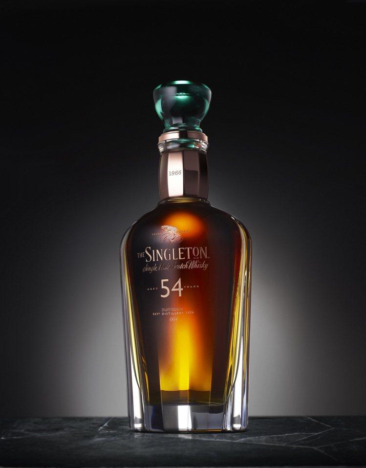 蘇格登54年原酒,由法國巴卡拉(Baccarat)百年高級水晶匠人,手工吹製瓶身...