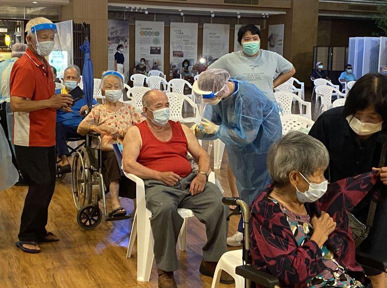 台中市長者9月15日到南屯慈濟台中靜思堂快打站2.0時接種第二劑AZ疫苗。記者趙容萱/攝影