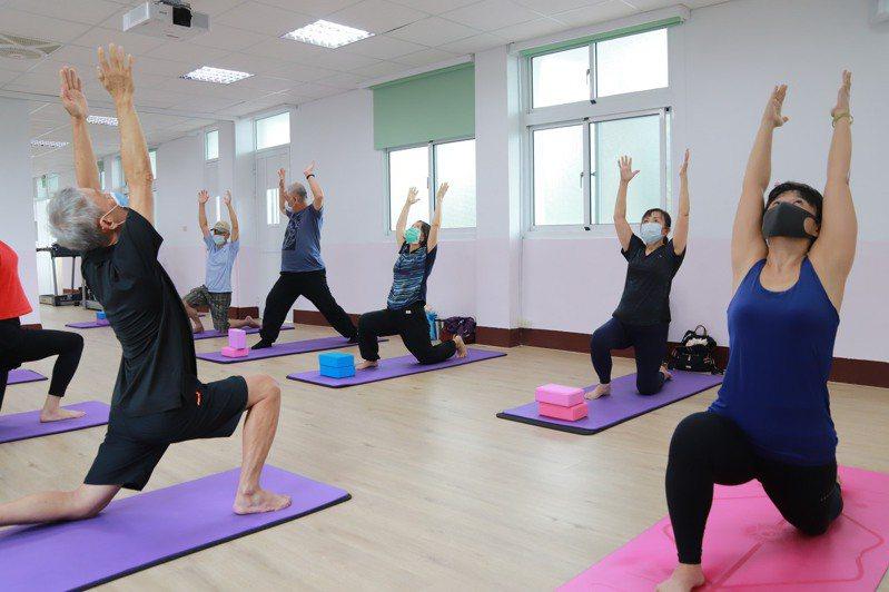 社區巷弄長照崇仁站的高齡瑜珈課則一周兩次。圖/中華聖母基金會提供