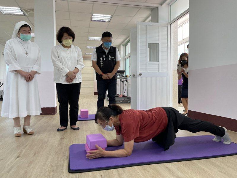 曾歷經車禍的68歲阿蓮姐(右一)示範瑜珈給市長黃敏惠(左二)等人。記者林伯驊/攝影