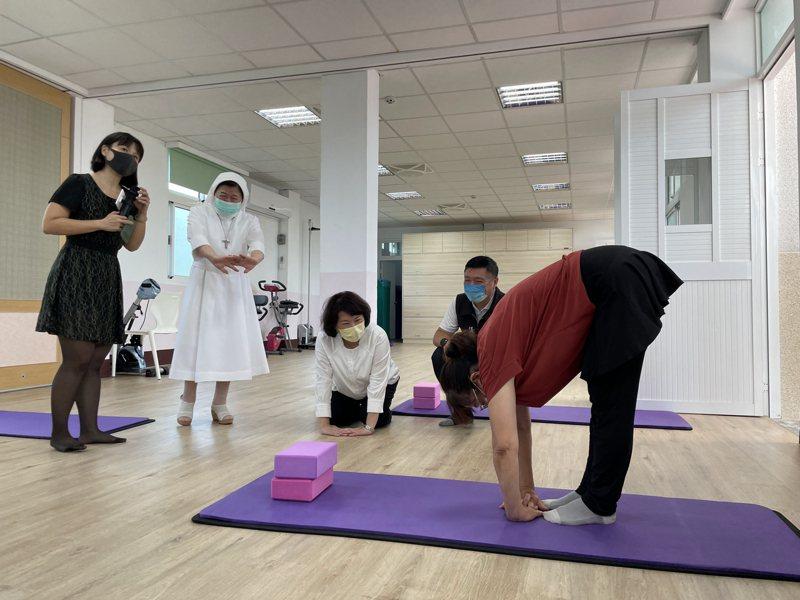 68歲阿蓮姐(右一)歷經車禍,做瑜珈半年後,走路狀況改善許多。記者林伯驊/攝影