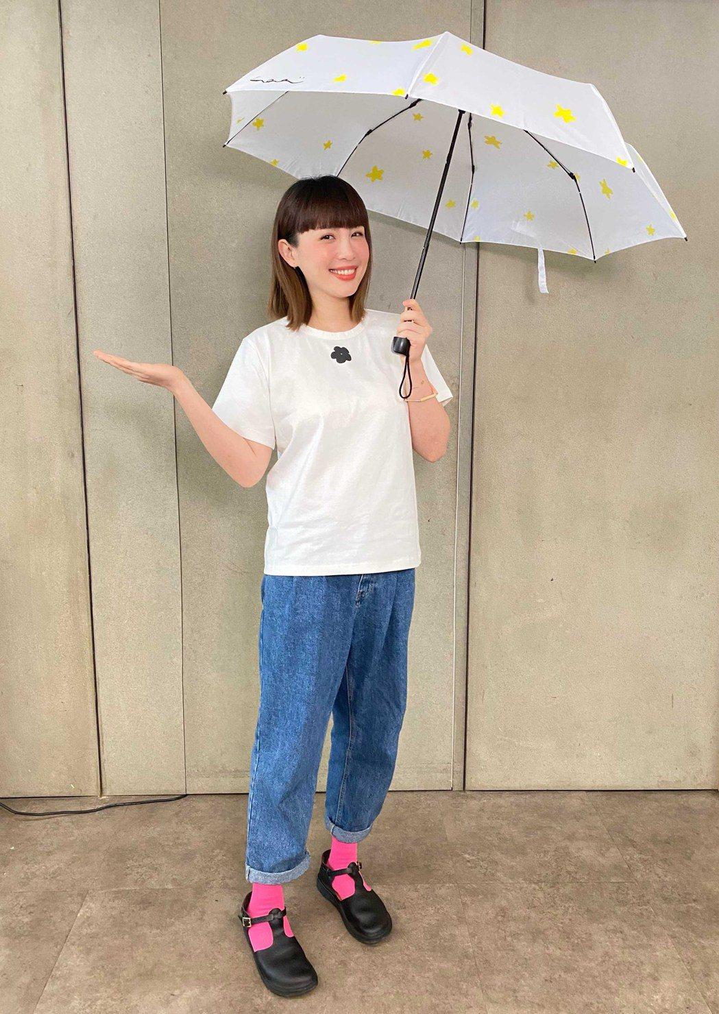 魏如萱與兒子路易一同打造捐款贈品「星星雨傘」。圖/愛最大慈善光協會提供
