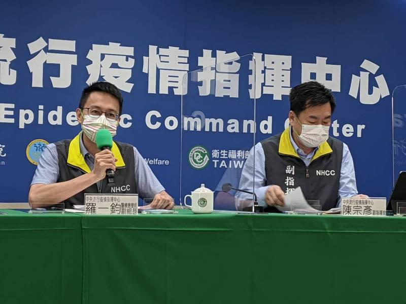 BNT疫苗今校園開打,記者會出席名單由左到右中央流行疫情指揮中心醫療應變組副組長羅一鈞、副指揮官陳宗彥。記者謝承恩/攝影