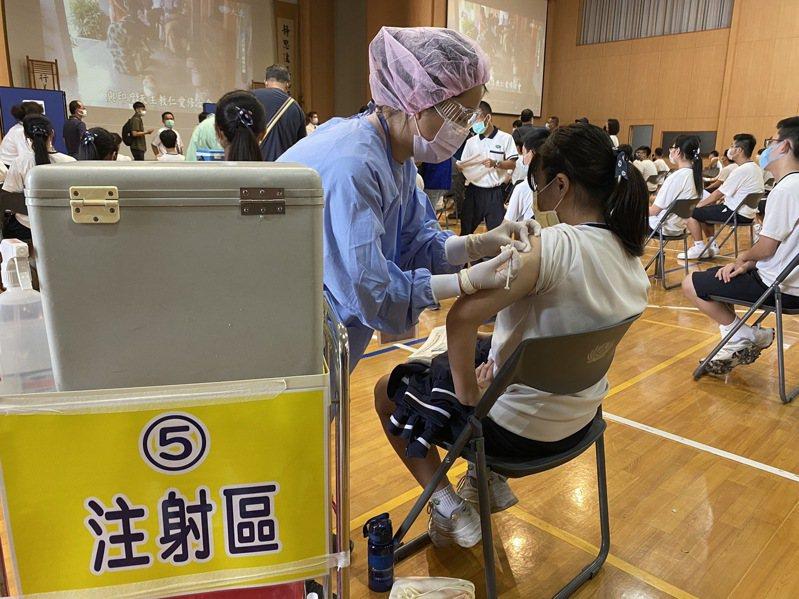 台南市慈濟高中今天下午1點施打BNT疫苗。記者鄭維真/攝影