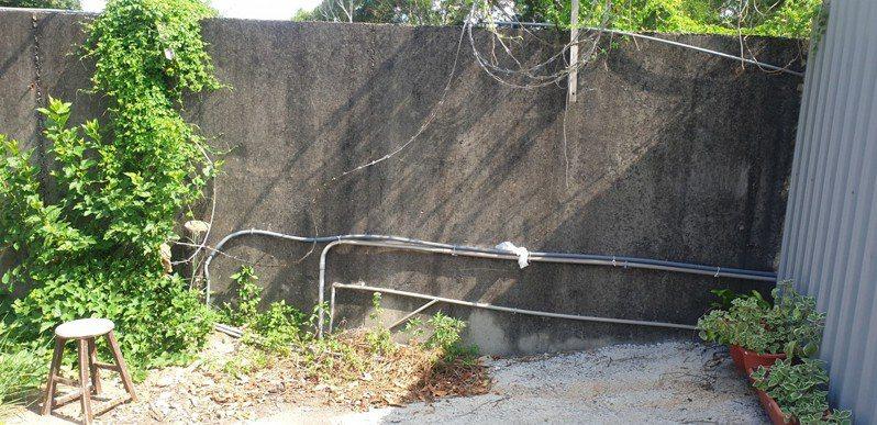 疑似漢翔公司沙鹿廠圍牆的蛇形鐵絲網被破壞,距離空軍清泉崗基地和台中機場很近。記者游振昇/攝影