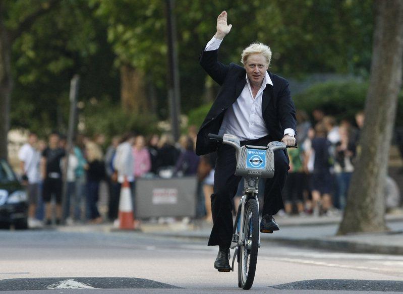 英相強生在擔任倫敦市長時期,曾有一名私生女。圖為2010年強生在媒體前推動新的自行車計畫。美聯社