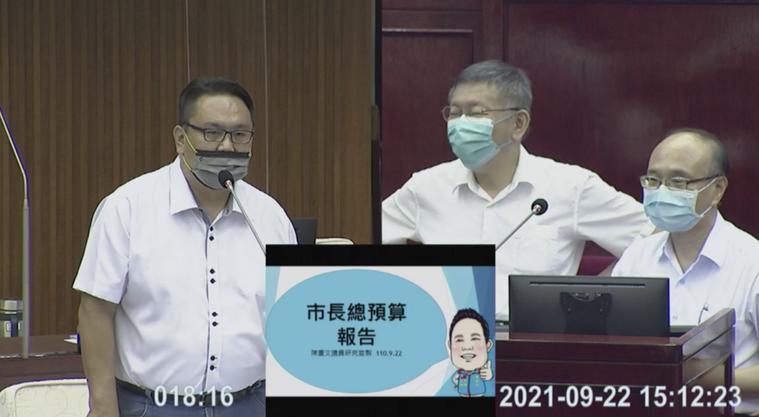 台北市長柯文哲認為,除了學生,非設籍在北市的長者也都盡快施打疫苗,北市只能把這筆...