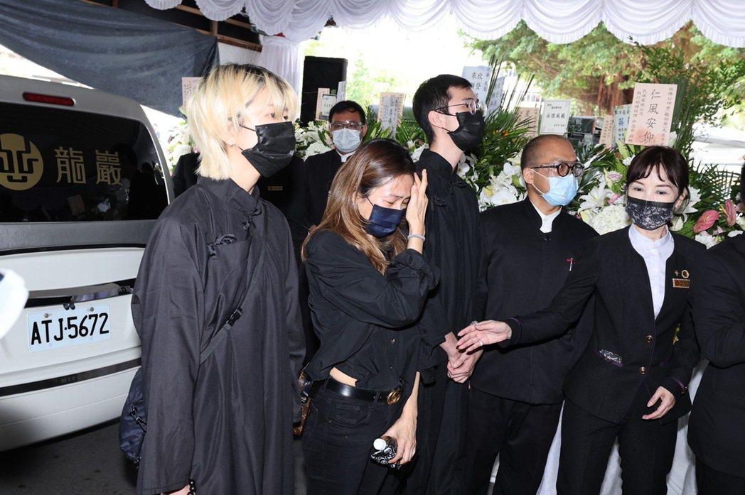 龍劭華告別式結束後將移往三芝龍巖真龍殿生命紀念館,遺孀謝雪貞(左二)淚如雨下。記...
