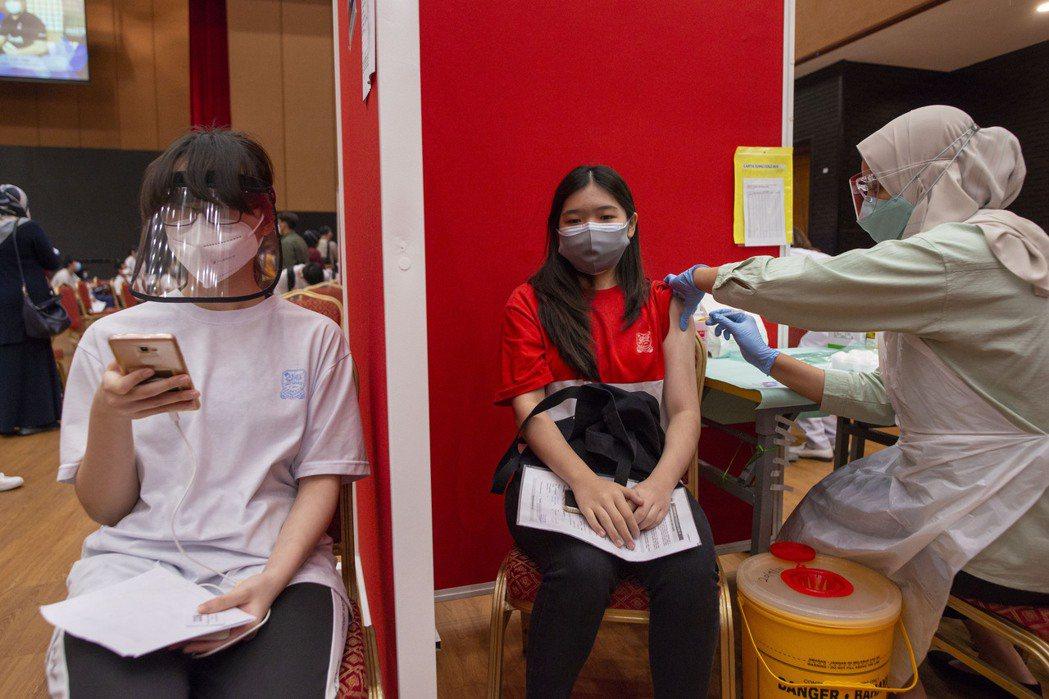 馬來西亞21日起針對12至17歲的年輕人施打新冠疫苗。新華社
