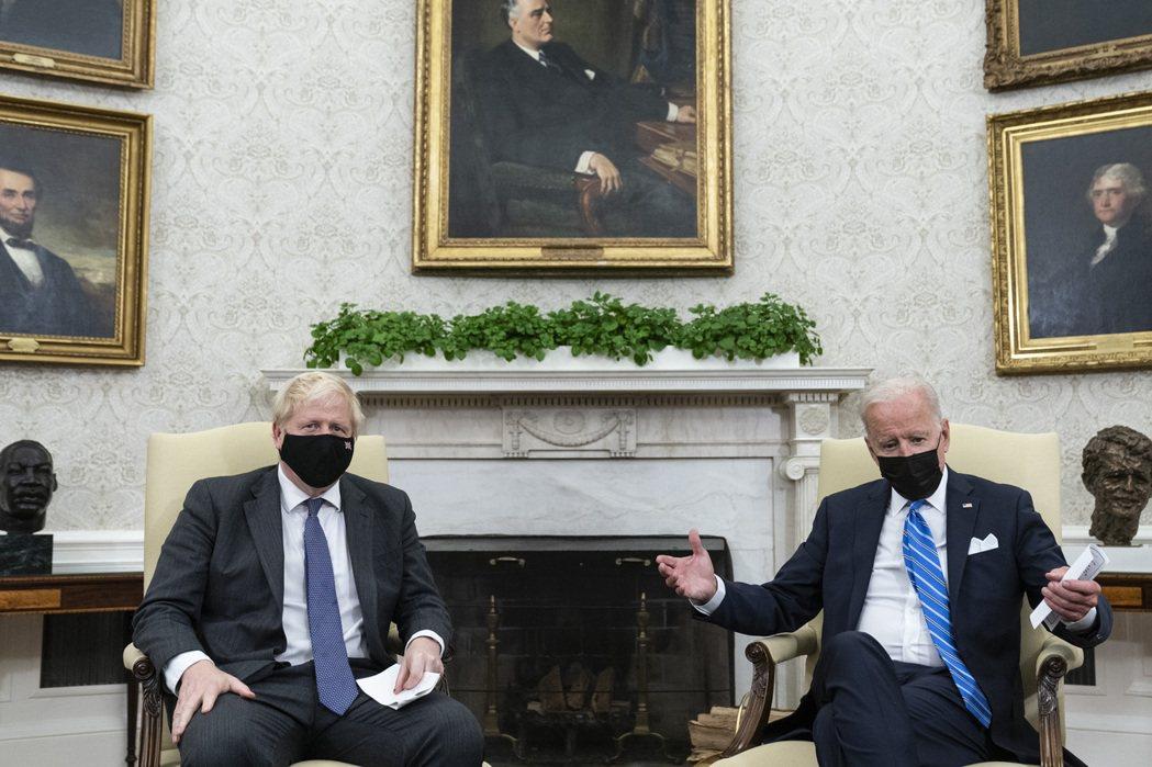 英相強生與美國總統拜登(右)21日在白宮會晤。美聯社