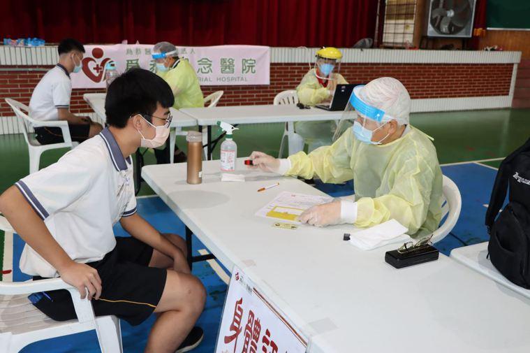 苗栗縣今天起施打校園BNT疫苗,首日興華、三義高中兩校共893人接種,施打率超過...