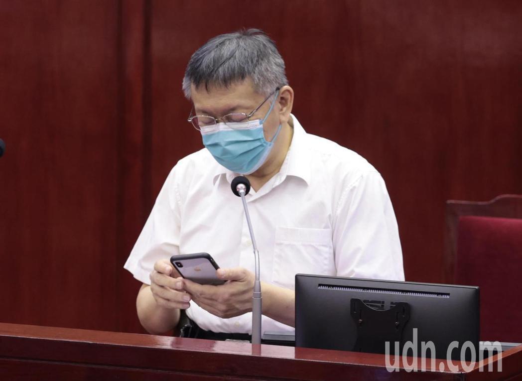 台北市長柯文哲上午批評,中央五倍券一上線就「掛掉」,很「漏氣」。未料民眾下午登入...