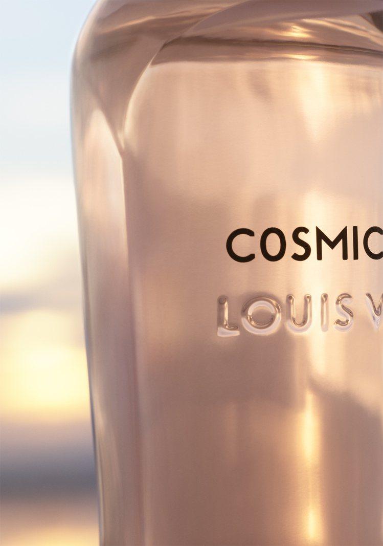 瓶身由Frank Gehry修改Marc Newson設計的原始香水瓶而成,並強...