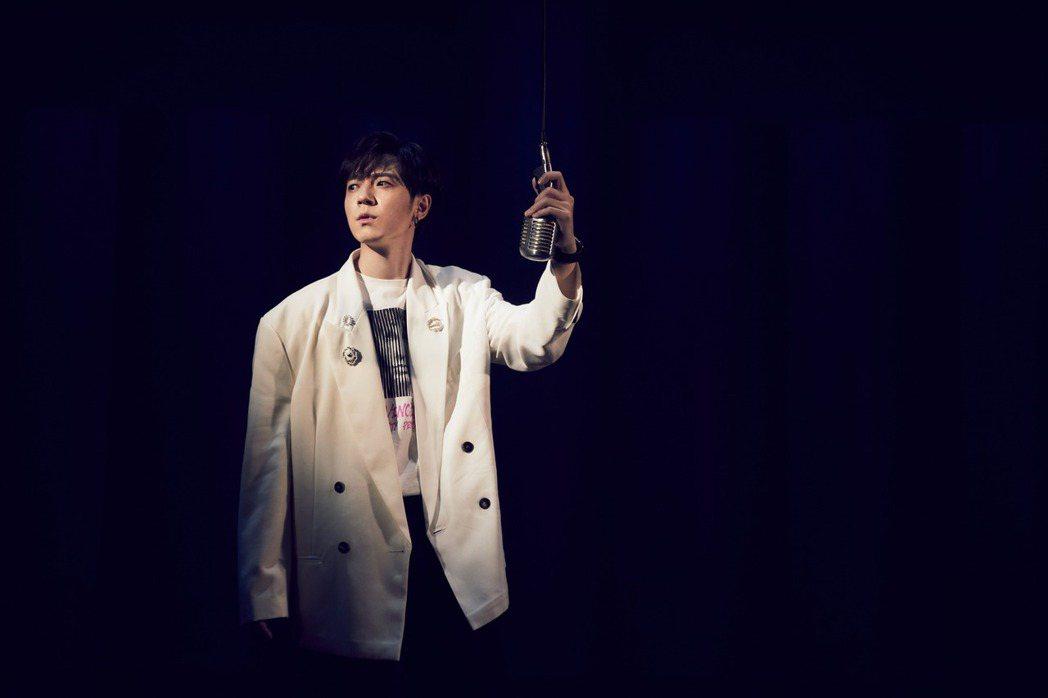 蔣卓嘉在新歌「EY」MV受困於密室脫逃中,懸疑不失黑色幽默。圖/索尼音樂提供