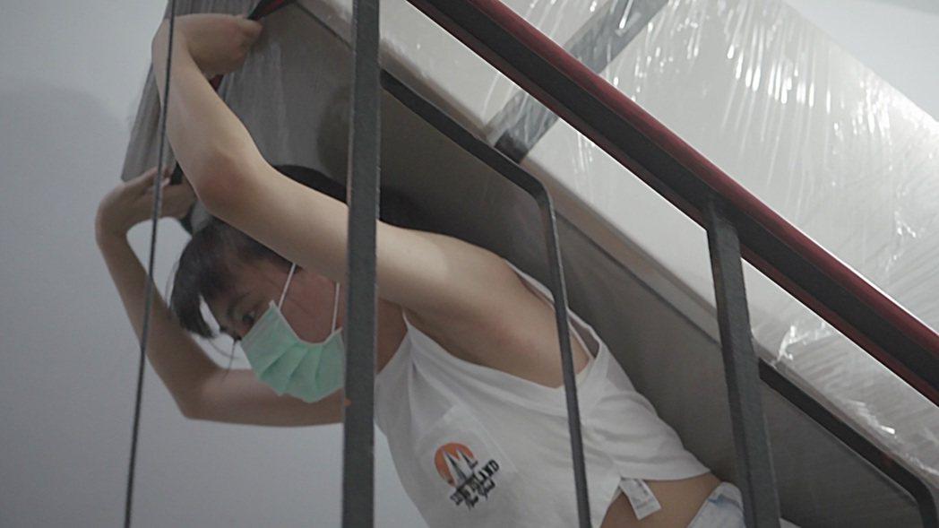 李芷婷自己扛著電視、沙發、冰箱等家具爬到5樓。圖/唯有音樂提供