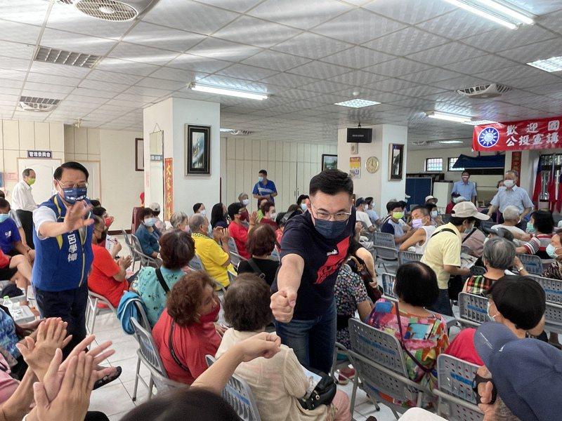 國民黨黨主席江啟臣今天下午到新竹市眷村社區拜票,逐一和長輩擊拳致意。記者張裕珍/攝影
