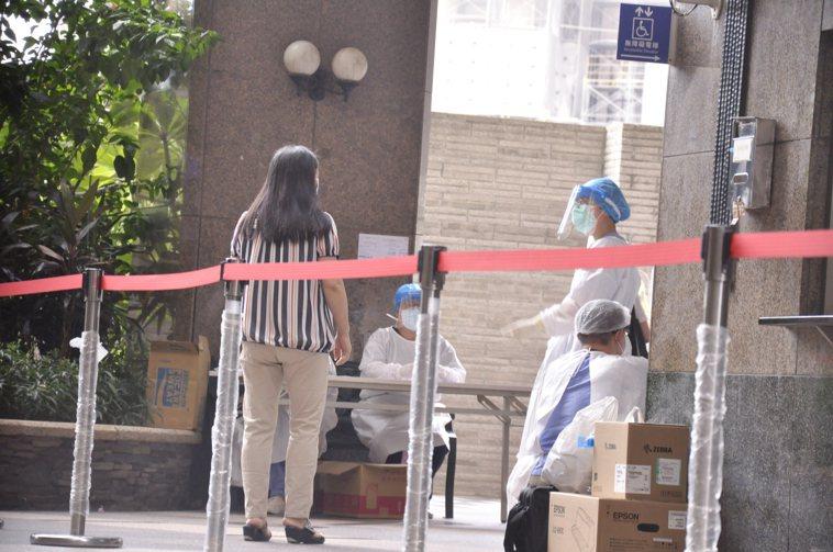 新北市板橋某社區大樓居家隔離383人在解隔前採檢全數陰性,明天0時正式解隔。記者...